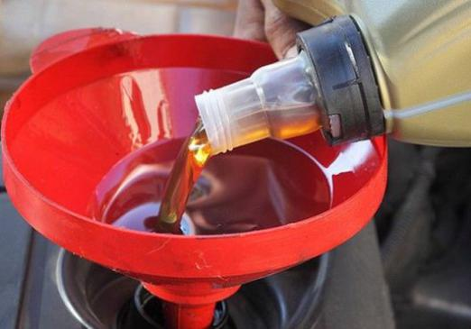 How much oil to pour into the engine?