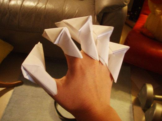 How to make paper claws?