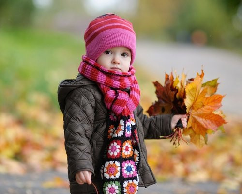 How to wear a child in the fall